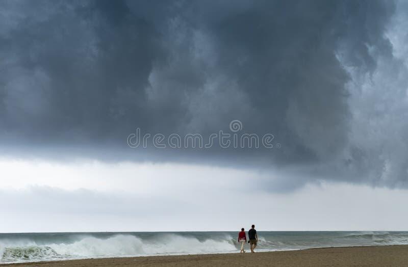 Couples marchant sur la plage photographie stock