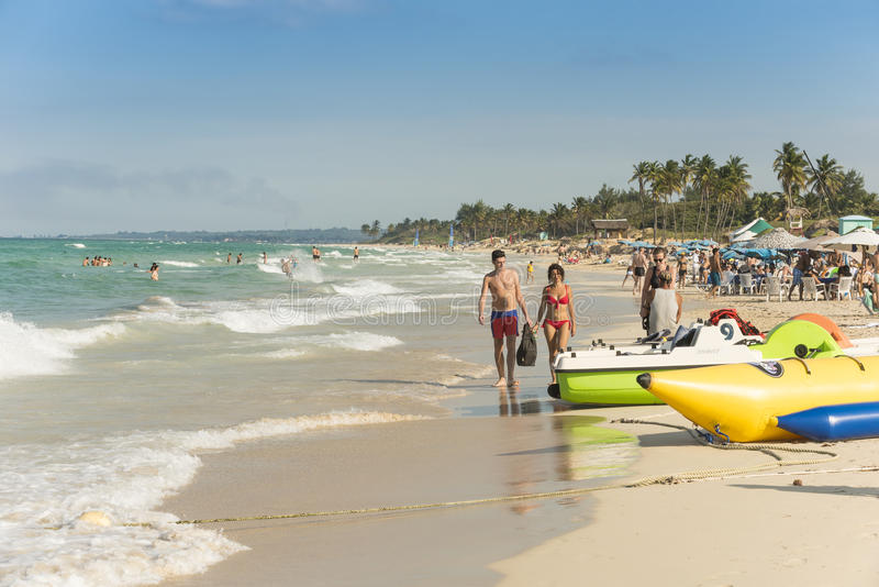 Couples marchant sur la plage La Havane photos stock