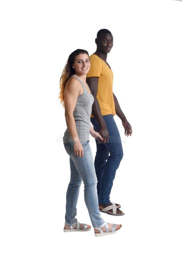 Couples marchant sur le blanc photographie stock libre de droits