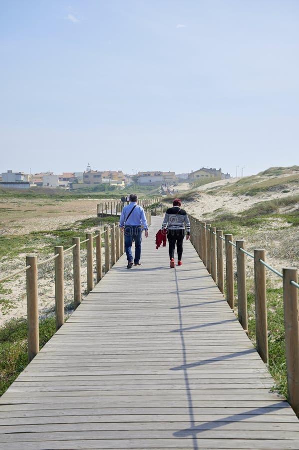 Couples marchant sur le passage couvert photos stock