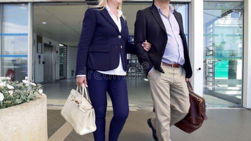 Couples mariés allant prendre le taxi de l'aéroport au centre de la ville, voyage épuisant images stock