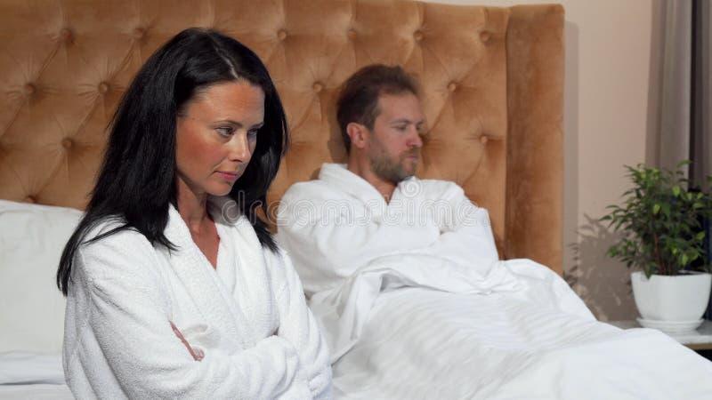Couples mariés ne parlant pas après avoir eu un combat à la chambre d'hôtel photographie stock libre de droits