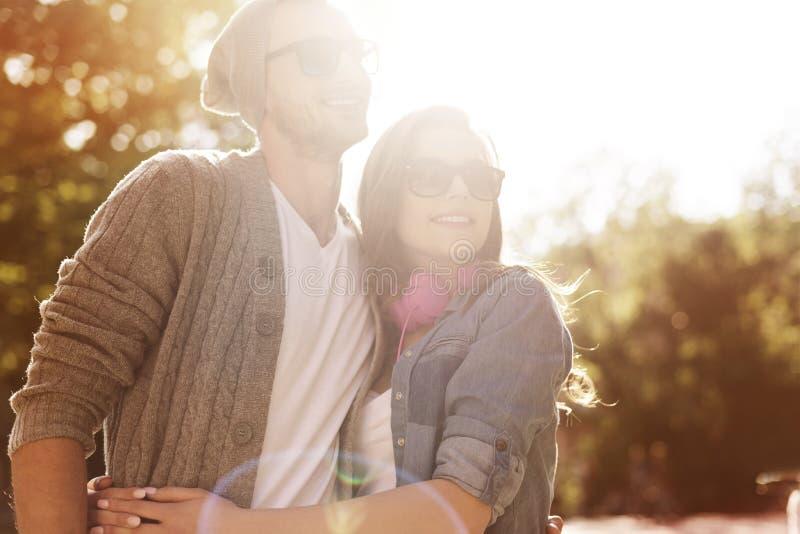 Couples mignons à l'extérieur photos stock
