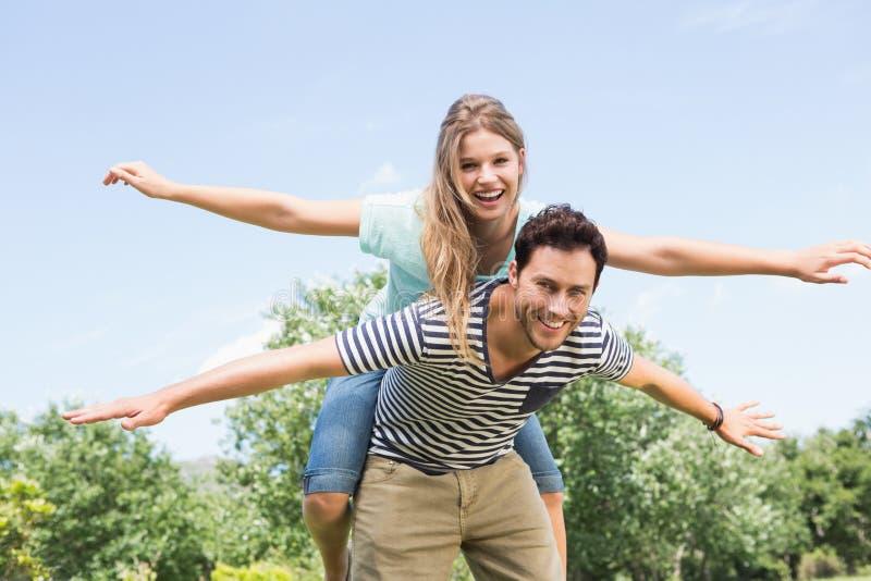 Couples mignons ayant l'amusement dans le parc photographie stock