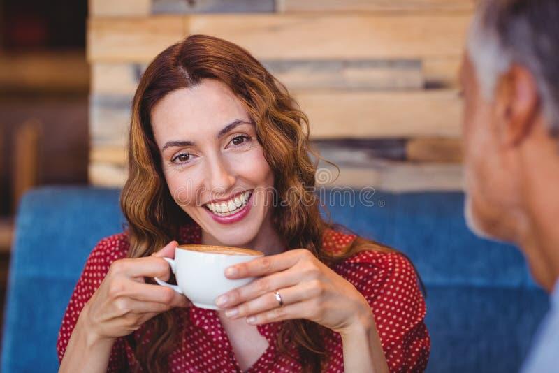 Download Couples Mignons Ayant Le Café Ensemble Image stock - Image du assez, affection: 56485273