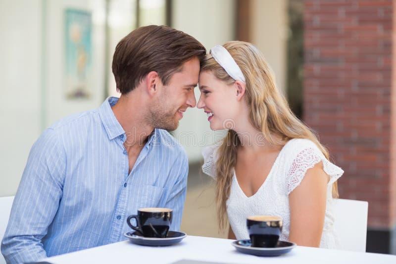 Download Couples Mignons Buvant D'un Café Ensemble Photo stock - Image du amour, fashionable: 56490414