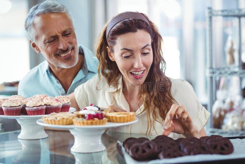 Download Couples Mignons Choisissant Des Gâteaux De Chocolat Photo stock - Image du boulangerie, long: 56487066