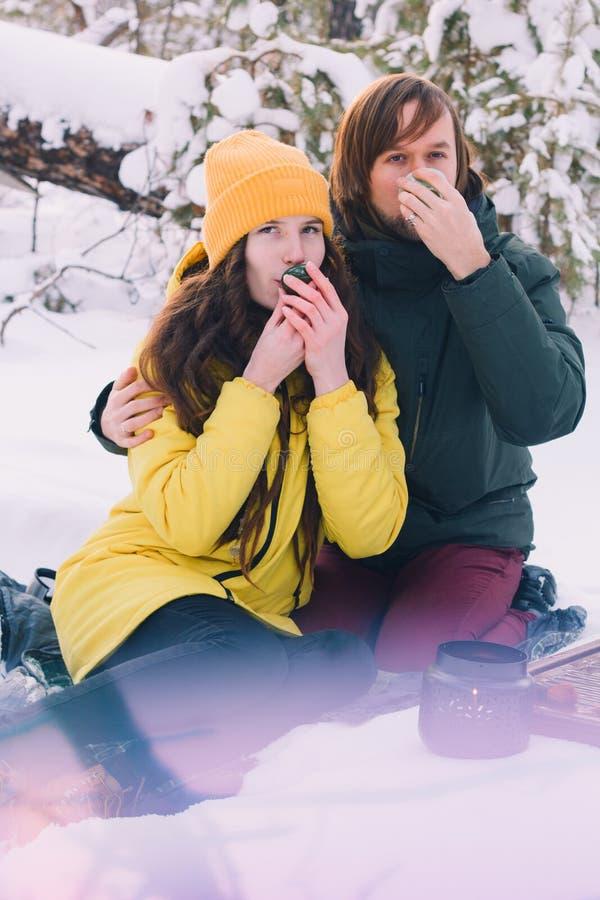 Couples mignons dans l'amour en hiver extérieur photos libres de droits