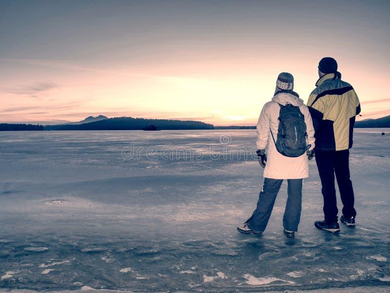 Couples mignons dans la baie de la mer congel?e Ils lient ? l'?tang photos libres de droits