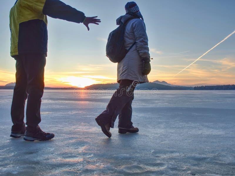 Couples mignons dans la baie de la mer congel?e Ils lient ? l'?tang photo stock