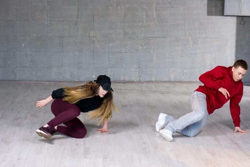 Couples mignons de jeunes danseurs de hip-hop photos libres de droits