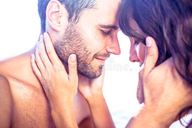 Couples mignons heureux étreignant ensemble photographie stock libre de droits