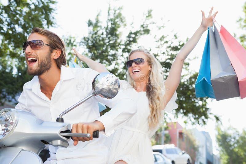 Couples mignons montant un scooter photos stock
