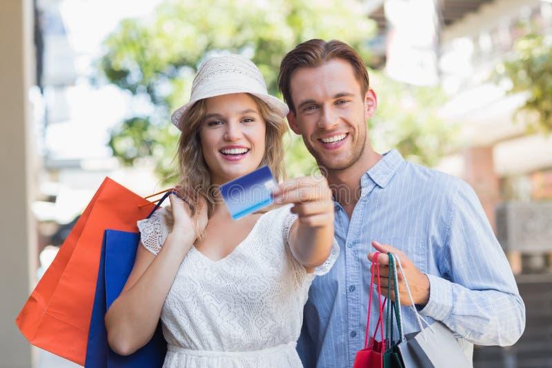 Download Couples Mignons Montrant Une Carte De Crédit Photo stock - Image du sacs, fashionable: 56489682
