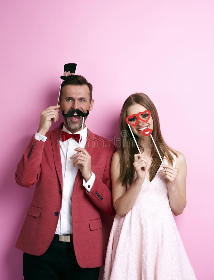 Couples mignons ratant son coup autour image libre de droits