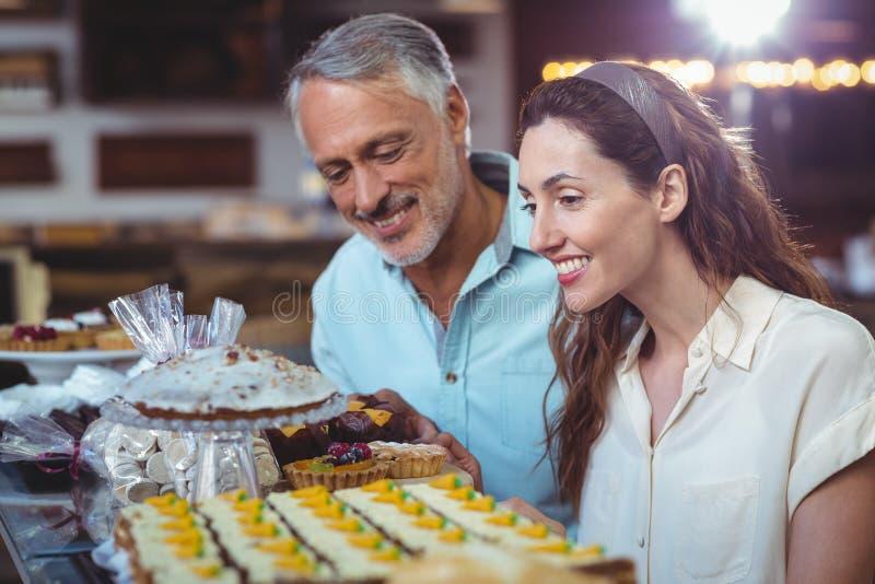 Download Couples Mignons Regardant Des Gâteaux Image stock - Image du maison, long: 56487623