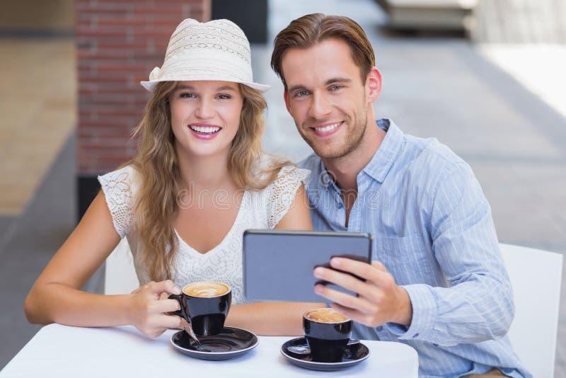 Download Couples Mignons Regardant L'appareil-photo Photo stock - Image du heureux, beau: 56490340