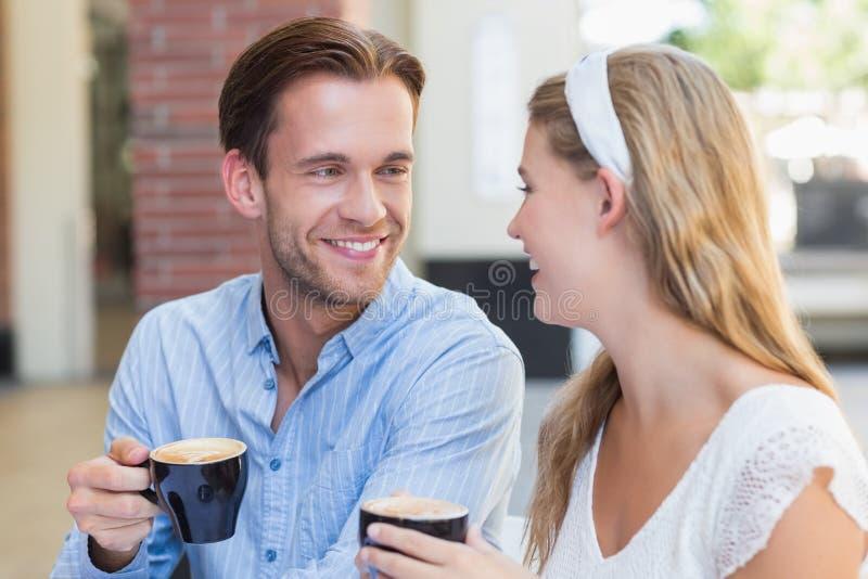 Download Couples Mignons Regardant L'un L'autre Image stock - Image du patio, assez: 56489605