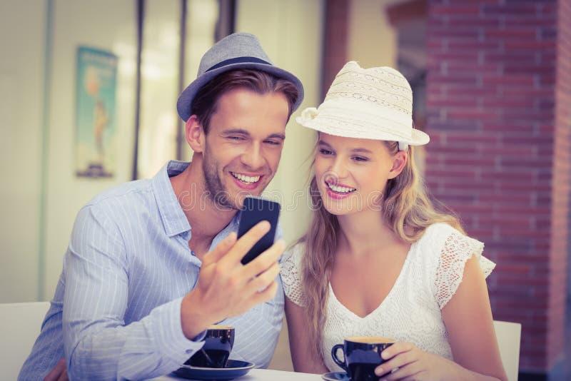 Download Couples Mignons Regardant Un Smartphone Photo stock - Image du jour, hippie: 56489956