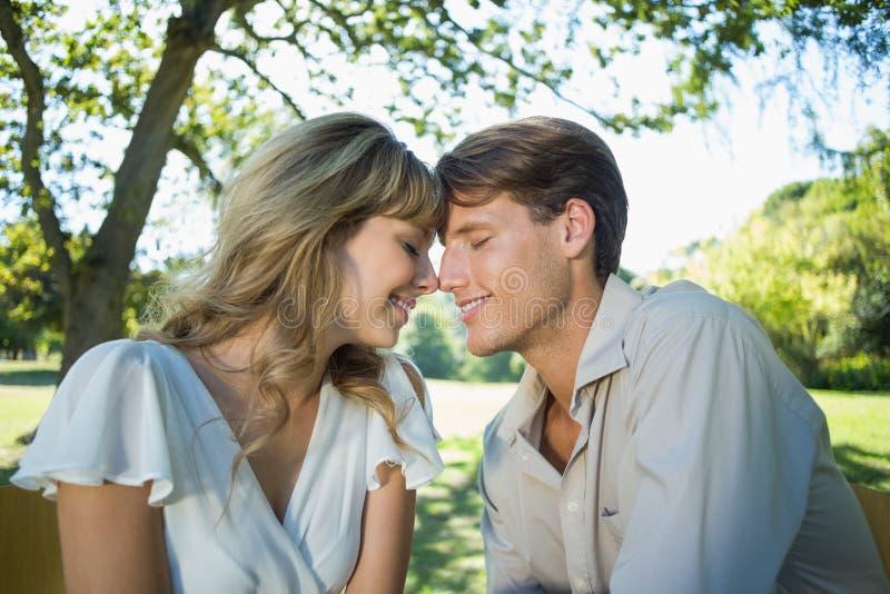 Couples mignons se reposant dehors à un café tête à tête images stock