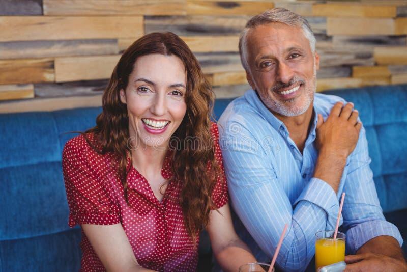 Download Couples Mignons Se Reposant En Café Image stock - Image du loisirs, homme: 56485339