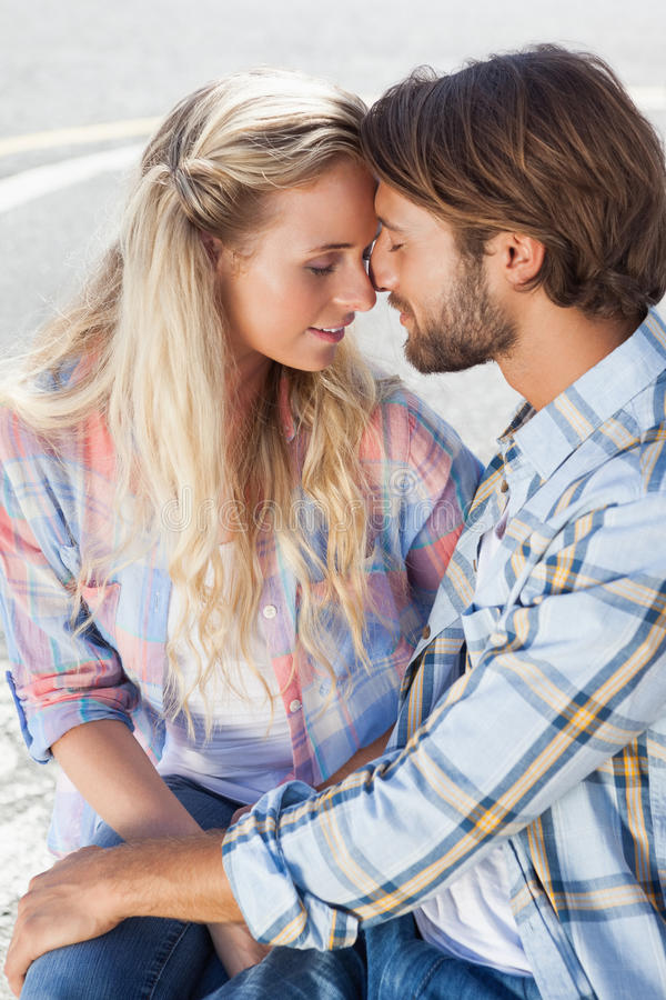 Couples mignons se reposant sur le banc photographie stock libre de droits