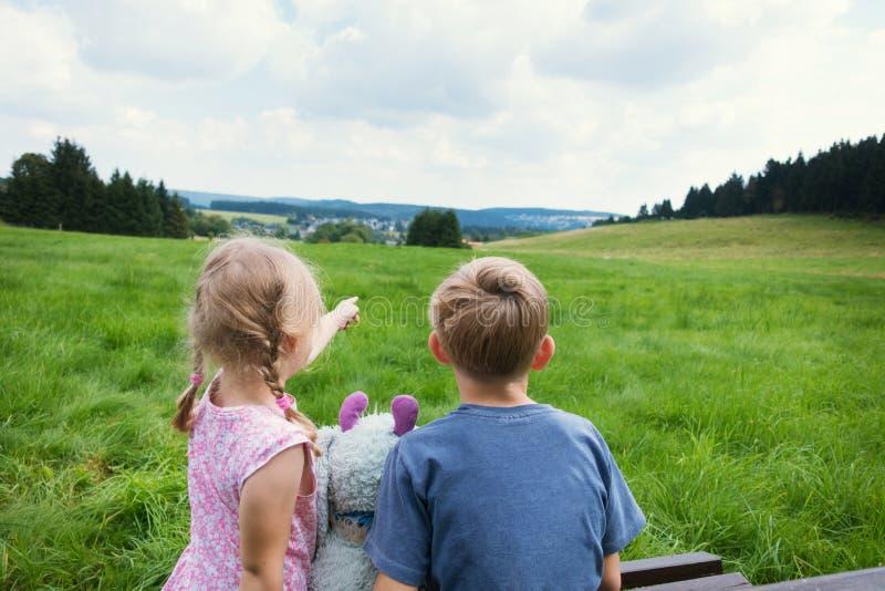 Couples mignons se reposant sur le banc avec la vue sur des montagnes photographie stock