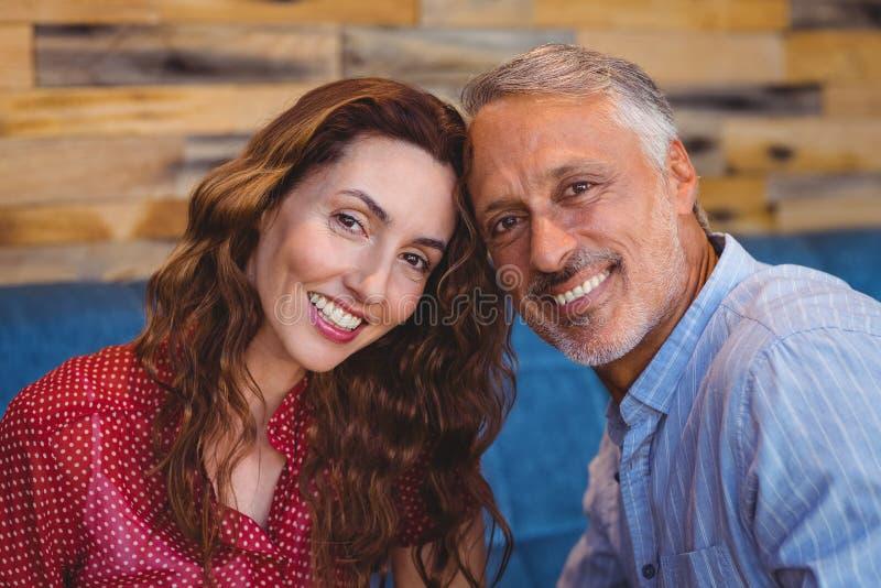 Download Couples Mignons Souriant à L'appareil-photo Image stock - Image du restaurant, caucasien: 56485281