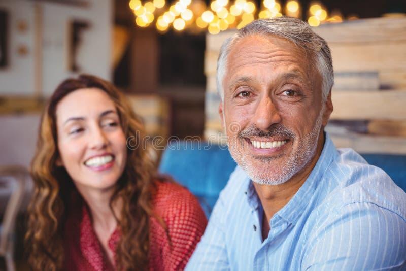 Download Couples Mignons Souriant à L'appareil-photo Photo stock - Image du nourriture, café: 56485314