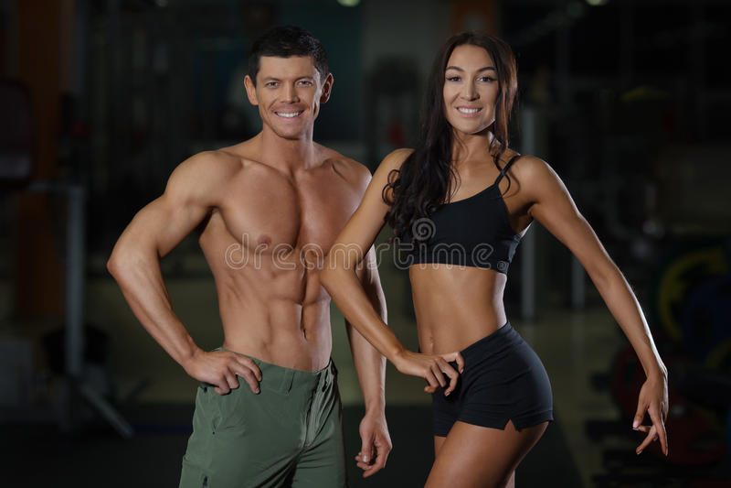 Couples minces sur la formation dans le gymnase de sport image stock