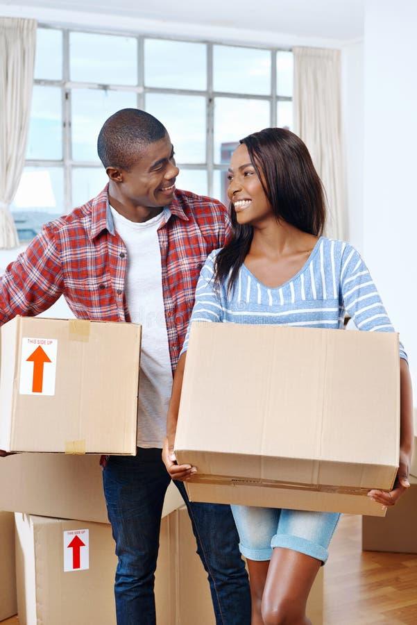 Download Couples mobiles de boîtes image stock. Image du indoors - 45369509