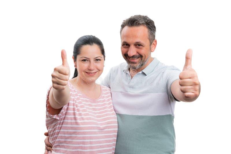 Couples montrant le pouce vers le haut du sourire image stock