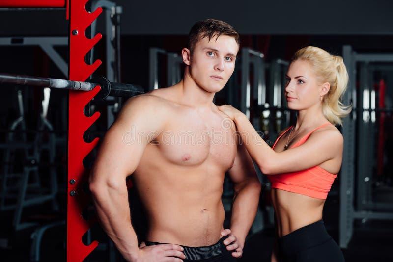 Couples musculaires discutant ainsi que le bras sur l'épaule photos stock