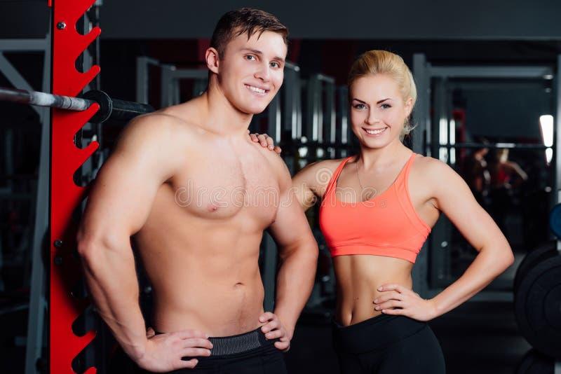 Couples musculaires discutant ainsi que le bras sur l'épaule images stock