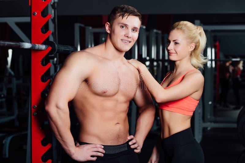 Couples musculaires discutant ainsi que le bras sur l'épaule images libres de droits