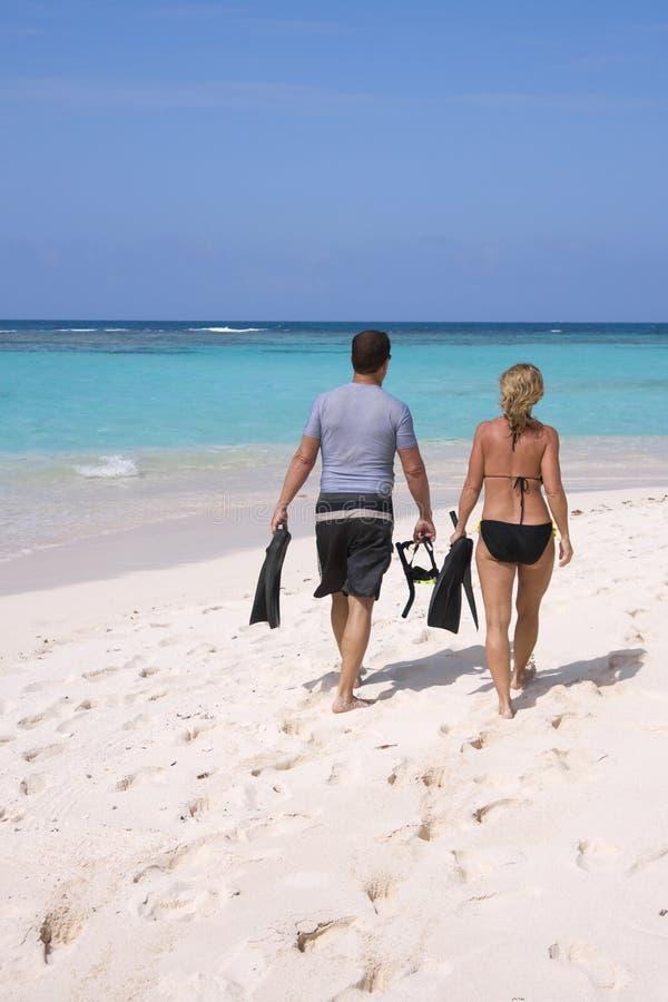 Couples naviguant au schnorchel photo stock