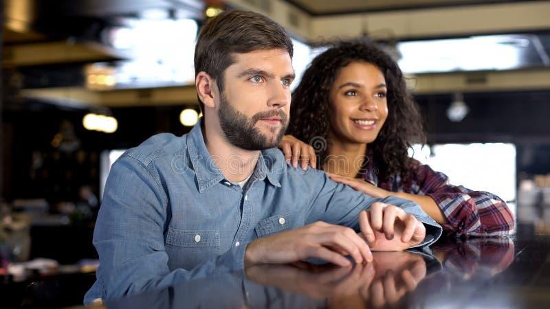 Couples nerveux soutenant l'équipe nationale, compétition sportive de observation en ligne images libres de droits