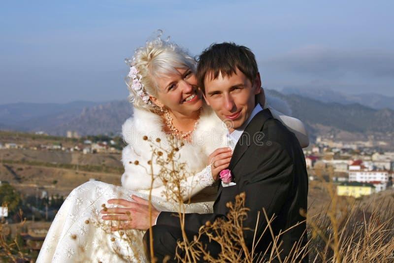 Couples neuf-mariés heureux photo libre de droits