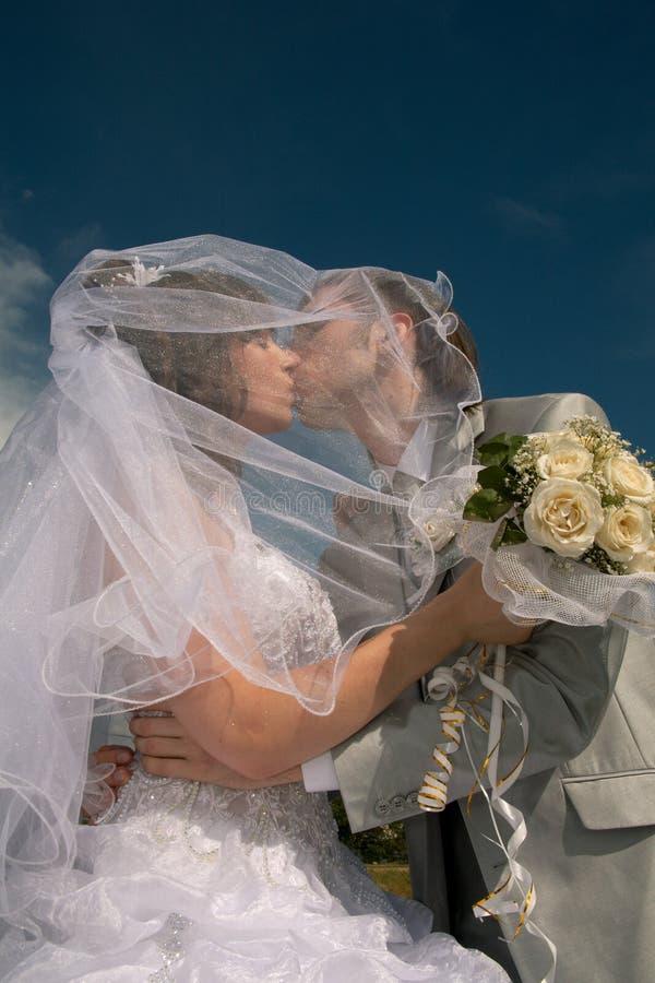 Couples neuf-mariés heureux photographie stock