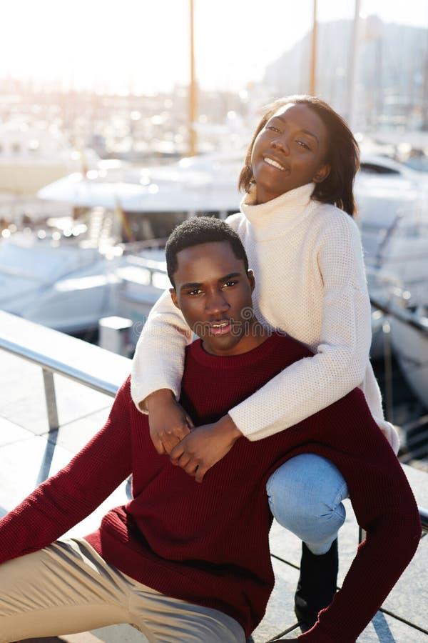 couples noirs heureux appréciant le temps passant ensemble tout en se reposant dans le port de yacht de Barcelone photo stock