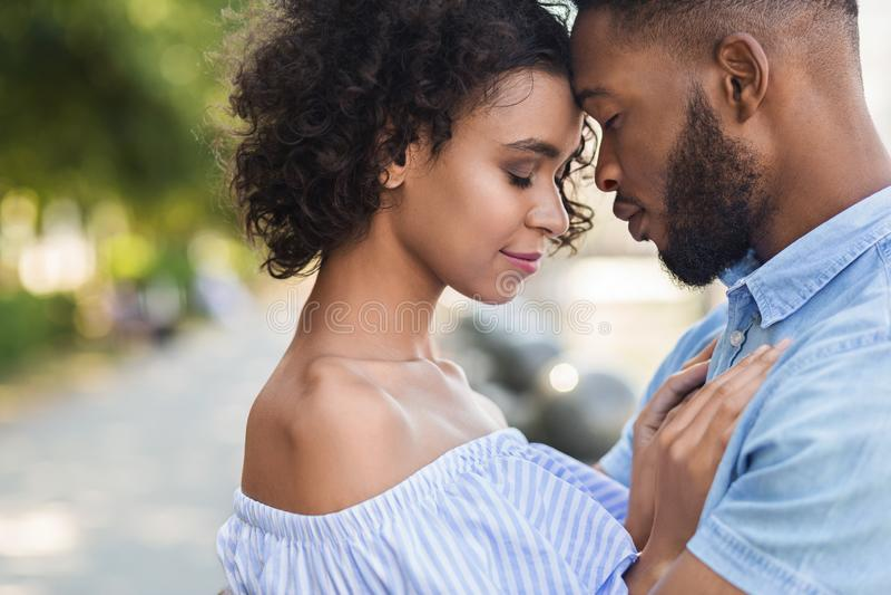 Couples noirs tendres collant entre eux images libres de droits