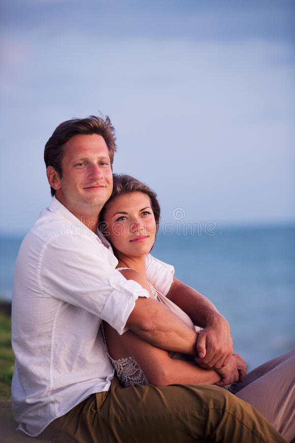 Couples observant le coucher du soleil tropical image stock