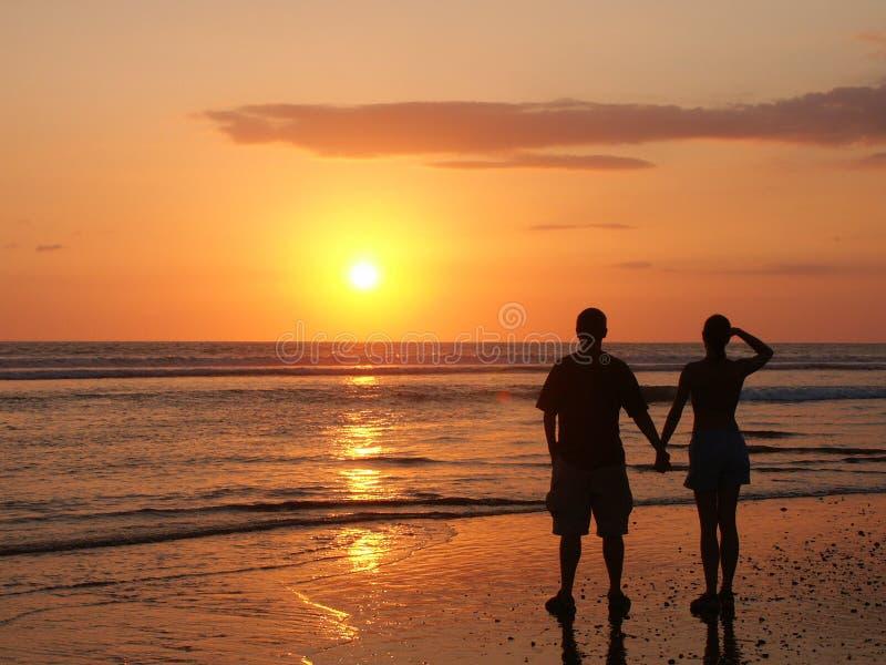 Couples Observant Le Soleil De Configuration De Pair Photo libre de droits