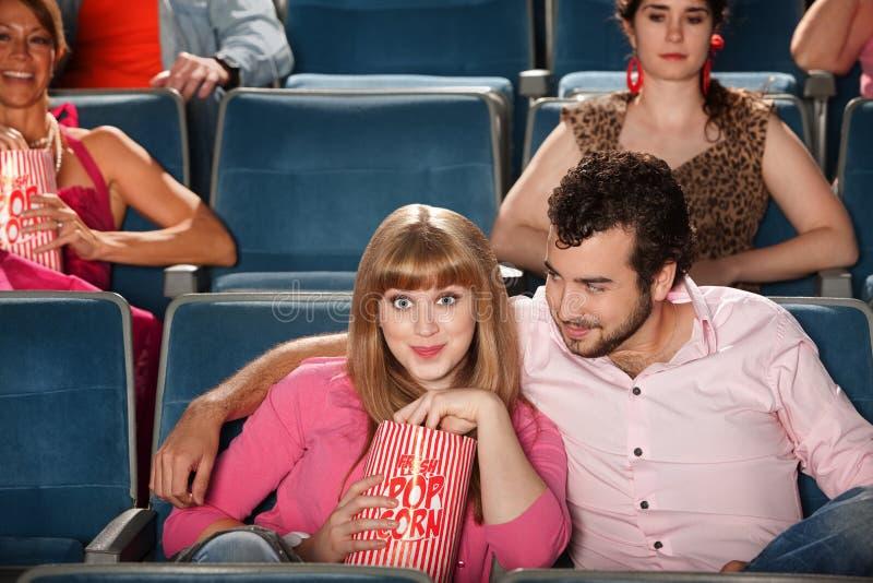 Couples observant un film images stock