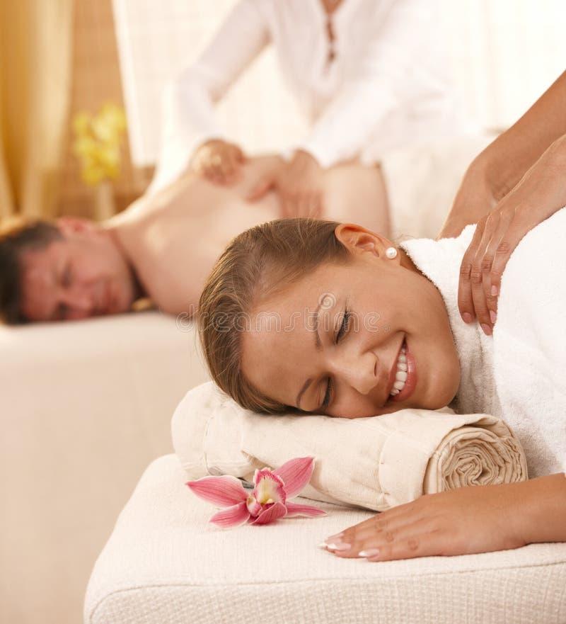 Couples obtenant le massage arrière photos libres de droits