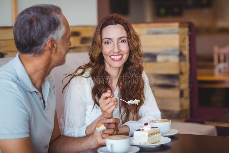 Download Couples Occasionnels Ayant Le Café Et Le Gâteau Ensemble Photo stock - Image du cappuccino, contact: 56485460