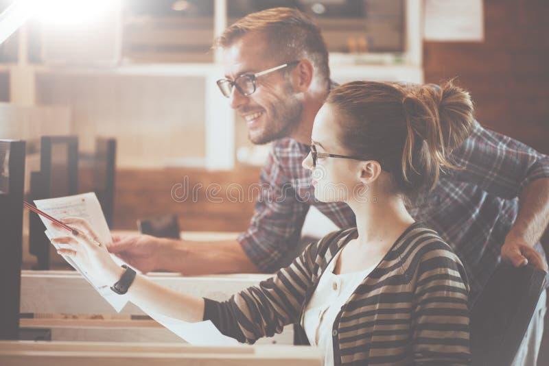 Couples occasionnels d'affaires utilisant l'ordinateur dans le bureau Deux collègues travaillant ensemble photo stock