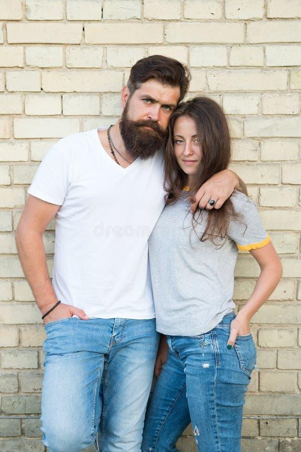 Couples occasionnels dans l'amour Les couples s'amusent date romantique Homme barbu et étreinte de fille Couples dans la date rom photographie stock