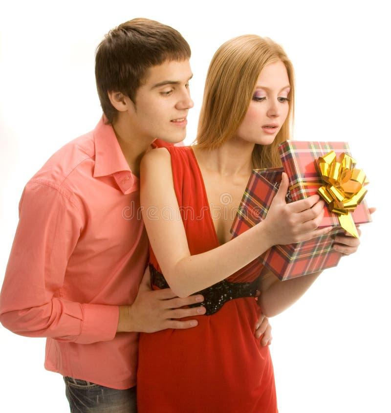 Couples ouvrant un cadre de cadeau photo stock