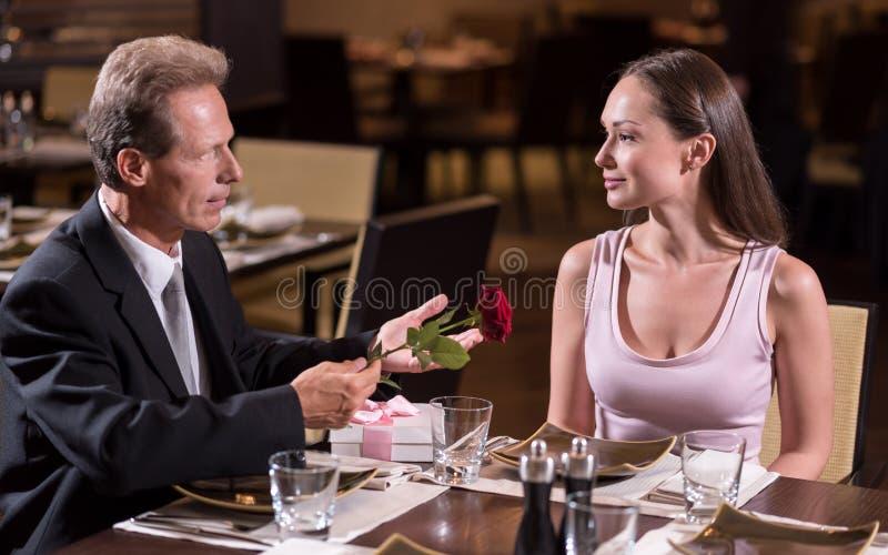 Couples paisibles se reposant dans le restaurant photographie stock libre de droits